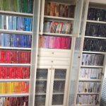 סידור ארון ספרים לאחר מעבר דירה | עוברים בסדר